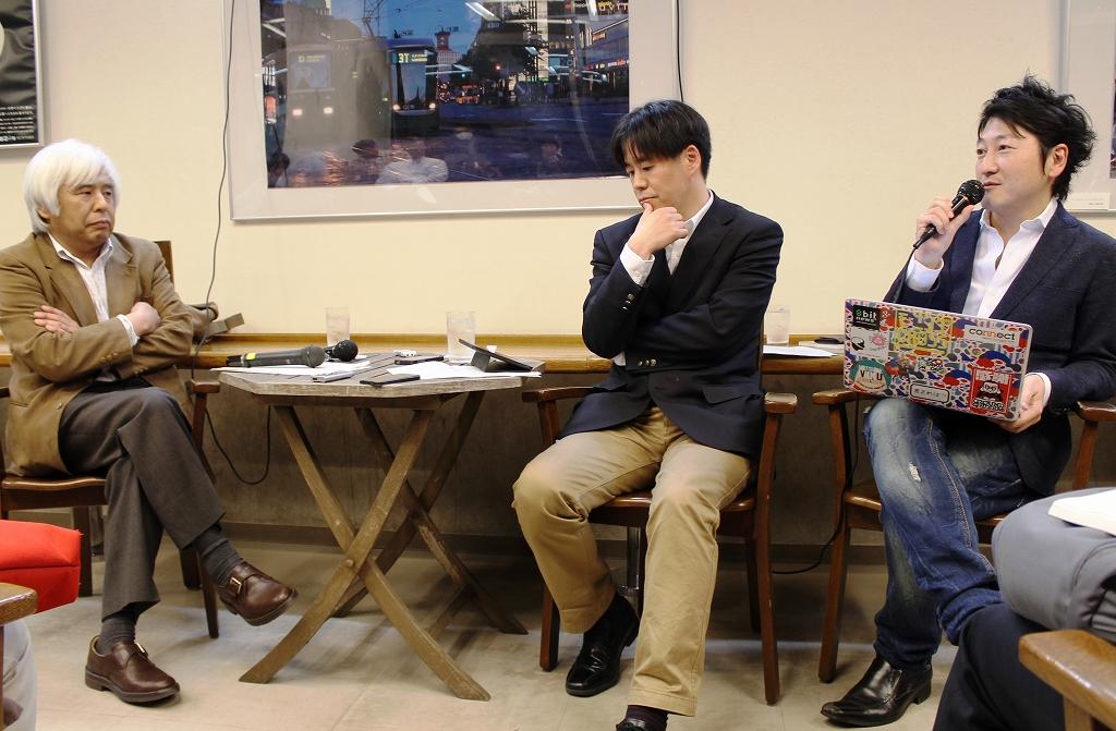 写真・図版 : STAP細胞をめぐる報道について話し合う尾関章氏、亀松太郎氏、堀潤氏(左から)=東京・池袋のジュンク堂池袋本店