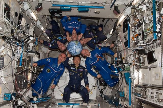 写真・図版 : ISS日本実験棟「きぼう」に集合した第39次長期滞在クルー=5月3日、出典:JAXA/NASA