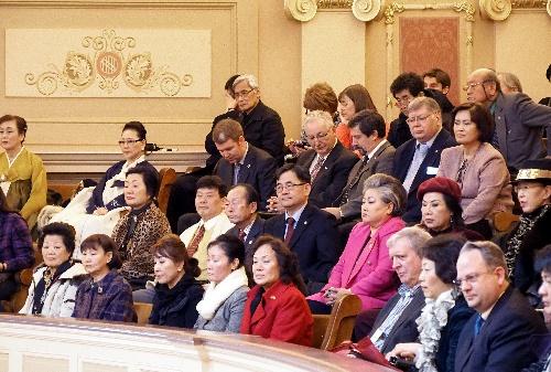 傍聴席で審議の行方を見守る韓国系米国人ら=2014年2月6日、バージニア州リッチモンド