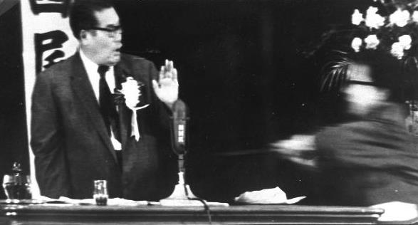 演説中の浅沼社会党委員長に、刃物をかざして飛びかかる犯人1960101