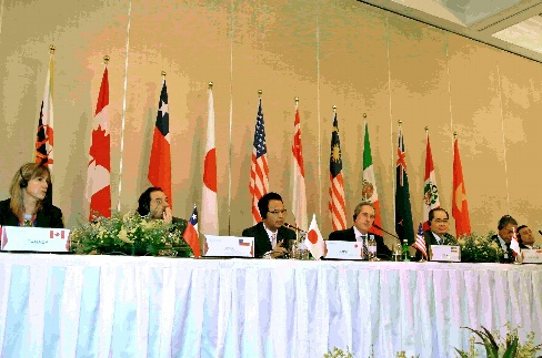 TPP閣僚会合閉幕後の共同記者会見に臨む甘利明TPP相(左から3人目)や米通商代表部(USTR)のフロマン代表(同4人目)ら=2014年5月20日午後、シンガポールのホテル、村山祐介撮影