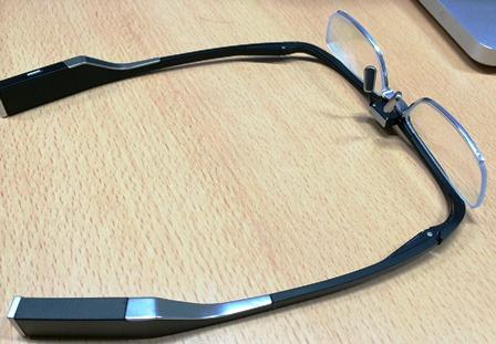 眼電位を計測するための電極は、左右のパッドと中央、そして耳あてのところにある。