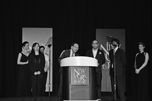 写真1 ニューヨーク・フェスティバルの授賞式で演壇に立つ味谷和哉さん(中央左)たち=現地時間4月8日、米・ラスベガス