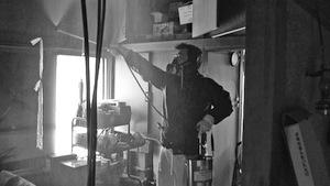 写真2 孤独死した人の部屋に消毒剤をまく主人公=2013年1月20日放送のフジテレビ、ザ・ノンフィクション「特殊清掃人の結婚」から