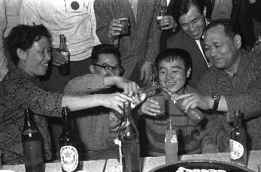 写真・図版 : 19歳で世界チャンピオンになったファイティング原田=1962年10月10日
