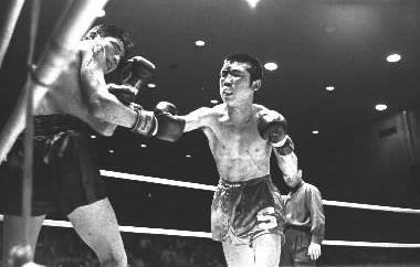 写真・図版 : 日本フライ級チャンピオンだったころの斎藤清作=1963年、東京・後楽園