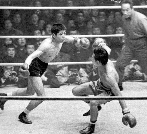 写真・図版 : フィリピンバンタム級チャンピオン、マーシング・デビッドに1回KO勝ちした青木勝利(左)=1962年2月15日、東京・後楽園