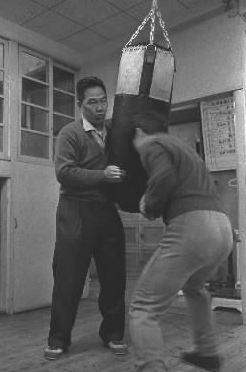 写真・図版 : 笹崎ジムの笹崎会長(左)=1963年4月、東京都目黒区.