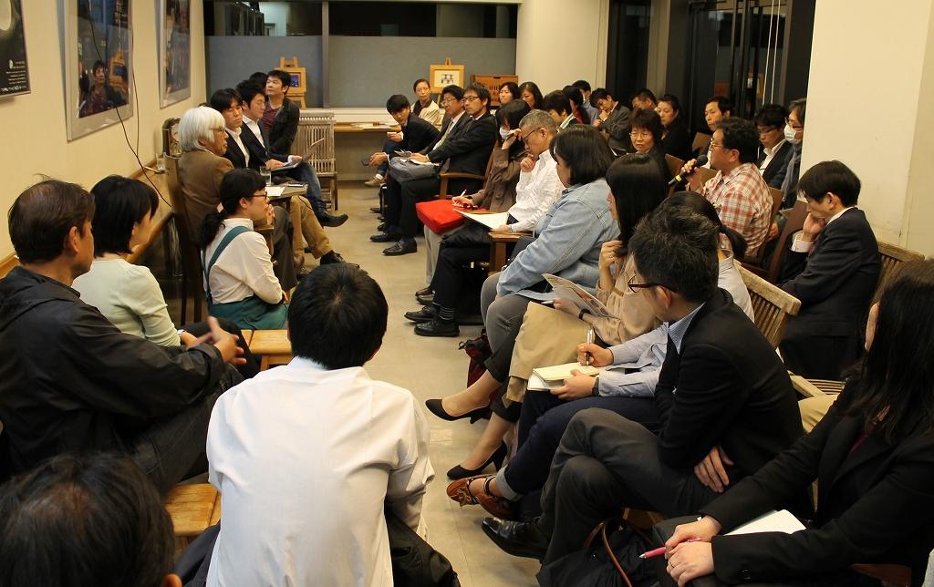 写真・図版 : 会場からは熱心な質問が続いた=東京・池袋のジュンク堂書店池袋本店
