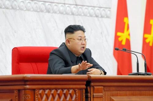 4月8日、朝鮮労働党中央委員会政治局会議に出席する金正恩第1書記。朝鮮中央通信が同9日に報じた