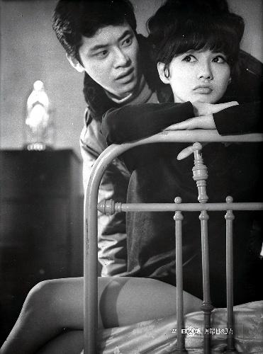 写真・図版 : 『月曜日のユカ』(中平康監督)で中尾彬と (c)日活