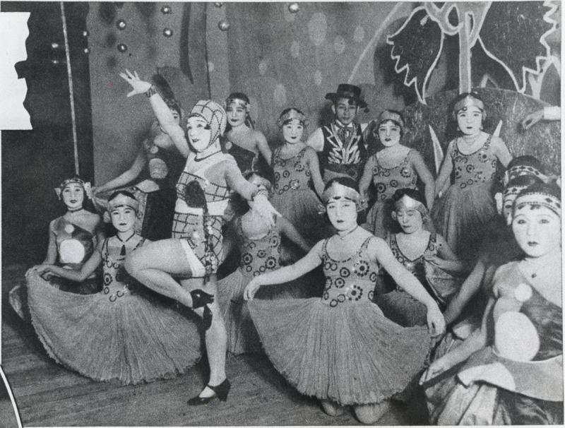 写真・図版 : 浅草・帝京座のレビューで踊る河合澄子(中央)=1930年12月ごろ撮影
