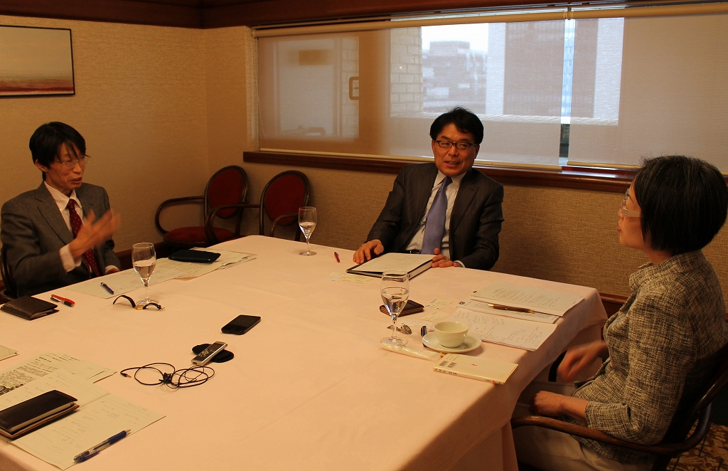 写真・図版 : 鼎談では活発な議論が続いた=東京・内幸町