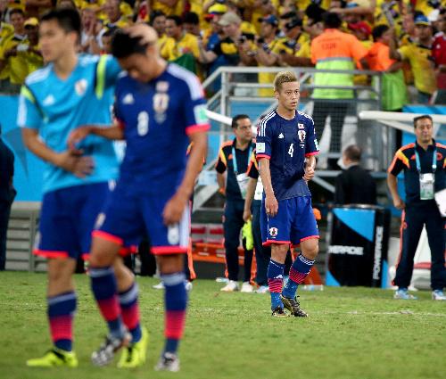 コロンビアに敗れ、肩を落とす本田(4)ら日本の選手たち=2014年6月24日、ブラジル・クイアバ=上田潤撮影
