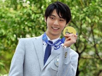 パレードでメダルを掲げる羽生結弦選手=4月26日、仙台市