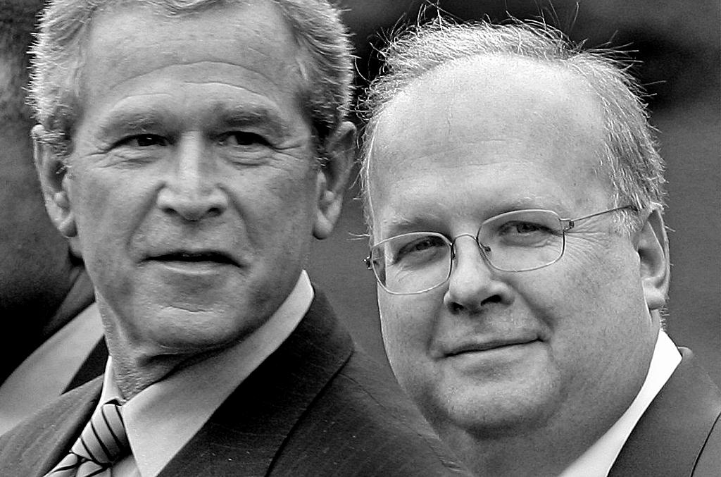 写真・図版 : カール・ローブ氏(右)とブッシュ大統領=AP