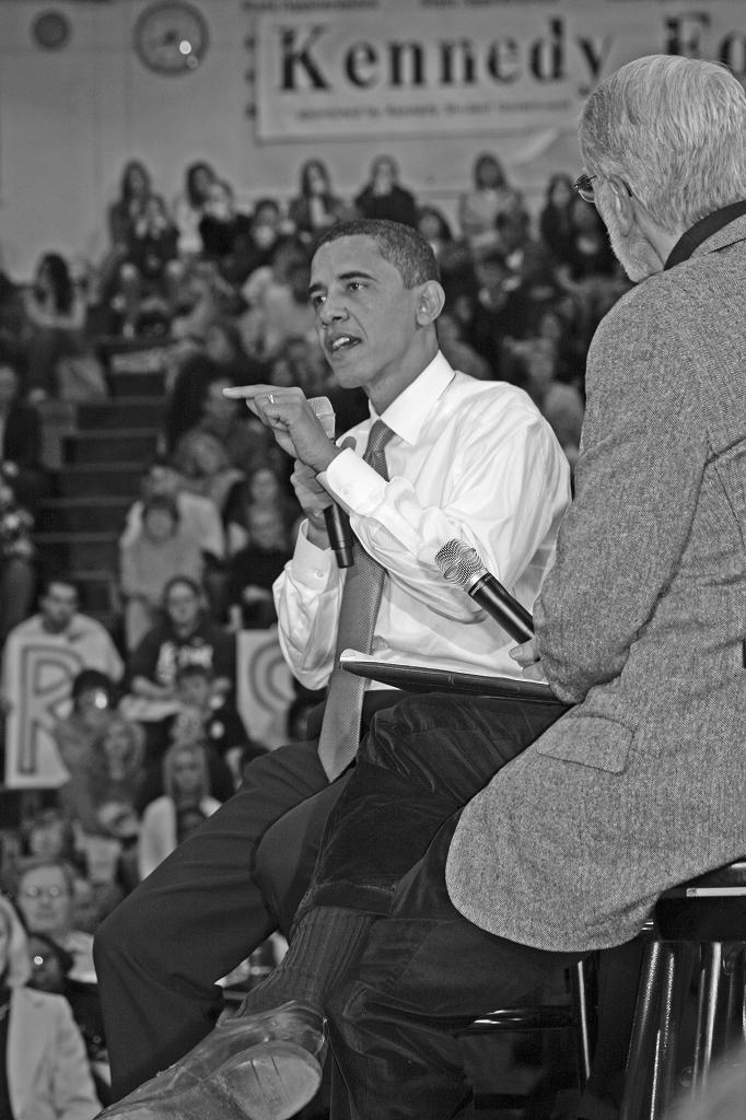 対話集会で支持者と語り合う民主党のオバマ上院議員=2007年2月、アイオワ州