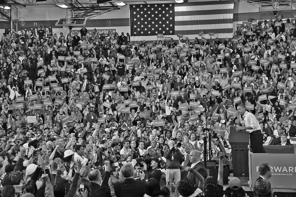演説するオバマ氏と歓声で応える聴衆=2012年11月、オハイオ州