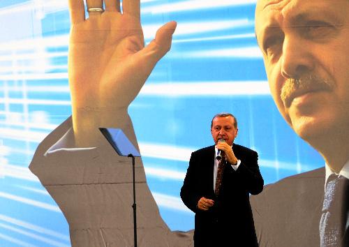 ウィーンの集会で19日、オーストリア在住のトルコ系住民に語りかけるトルコのエルドアン首相=2014619.