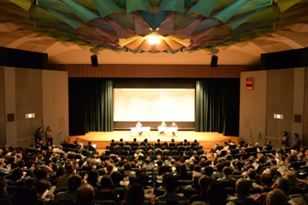 写真・図版 : 上映会での記念シンポジウム(江戸東京博物館、提供=「南京・史実を守る映画祭」実行委員会)