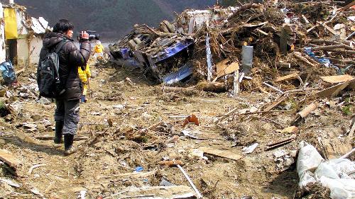 森達也、映像ジャーナリスト綿井健陽、映画監督の松林要樹、映画プロデューサーの安岡卓治が、震災発生15日後から被災地に入りビデオをまわしたドキュメンタリー映画「311」
