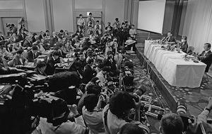 多くの報道陣が集まる中、会見する理化学研究所の小保方晴子氏ら=2014年4月9日