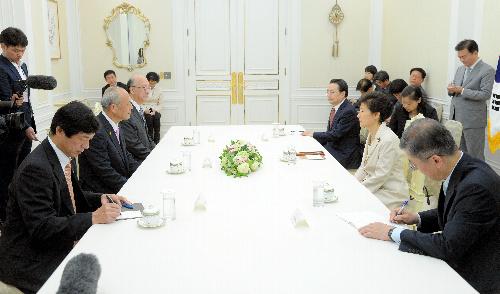 韓国大統領府で会談する舛添要一・東京都知事と朴槿恵大統領=2014年7月25日、ソウル、東亜日報提供