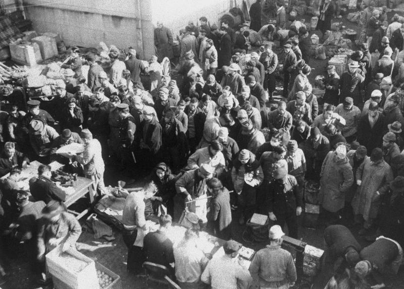 1947年(昭和22年)1月10日の「やみ列車取り締まり」で摘発され、東京・上野警察署で強制的に買い取られる米や鮮魚などのやみの食糧