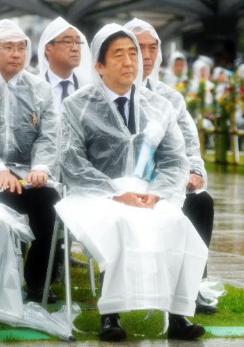 平和記念式典に参列する安倍晋三首相=6日午前、広島市中区