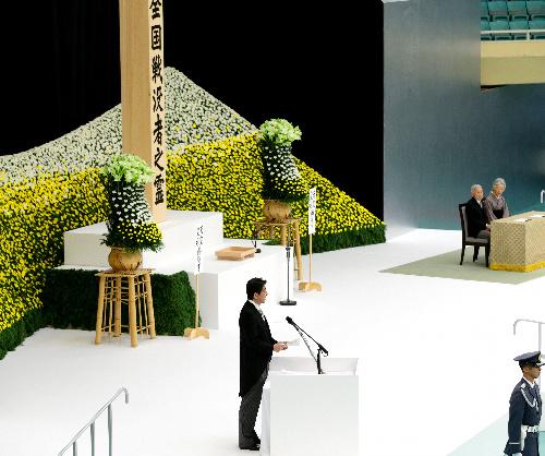 全国戦没者追悼式で式辞を述べる安倍晋三首相=15日午前11時56分、東京都千代田区の日本武道館.