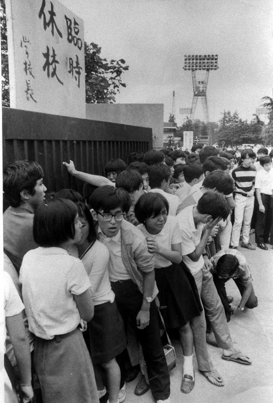写真・図版 : 警官隊を導入して校長室の封鎖を解除した翌日、臨時休校にした東京都立青山高校で、正門を開けるよう抗議する生徒たち=1969年9月15日