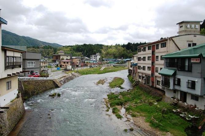 赤倉温泉の上流側を橋から望む。この上流約2キロに最上小国川ダムが計画されている