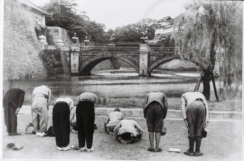 写真・図版 : 敗戦の日の1945年8月15日、皇居に向かって深々と頭を垂れる人々