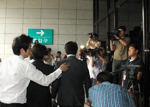18日、ソウル中央地検に出頭した産経新聞ソウル支局長(中央)