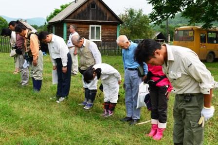 遺骨収集作業は、団員による拝礼で始まり、拝礼で終わる=2014年7月21日、すべて大久保真紀撮影