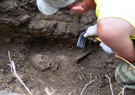 1.5メートルほどの深さで、遺骨が見つかった=2014年7月24日