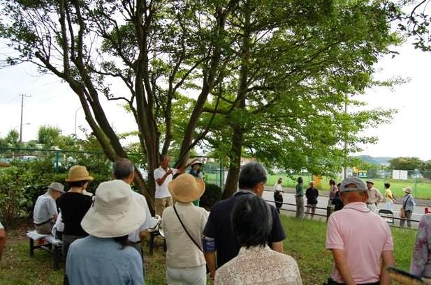 「高速横浜環状南線」予定地(横浜市庄戸3丁目)に隣接する公園。自治会の道路対策部長(写真中央)の岩倉正剛さん他、反対住民100人余りが、2014年8月25日9時から地質調査を始めるというNEXCO東日本の通知を受け取り、抗議に集まった