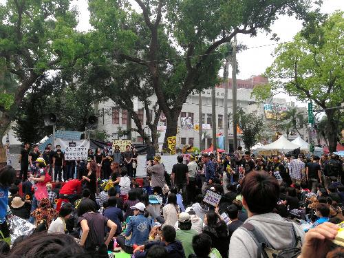 学生たちに占拠された台湾立法院。建物の周囲にも多くの人が集まり、座り込みを続けていた=2014330台北市