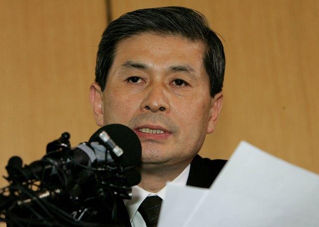 写真・図版 : 疲れ切った表情で記者会見に臨んだ黄禹錫ソウル大教授=2005年11月24日、ソウル市内、東亜日報