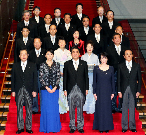 記念撮影に臨む安倍晋三首相と閣僚たち=2014年9月3日午後7時52分、首相官邸、西畑志朗撮影