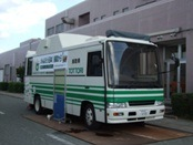 鳥取県が福島県に貸与した移動式放射能測定車。南相馬市立病院前に駐車中=左右とも同病院の坪倉正治医師提供