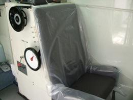 写真・図版 : 測定車に搭載されていたAメディカル社製の椅子型ホールボディカウンター。椅子の背中に放射線をキャッチし測定するシンチレーションカウンターが入っている