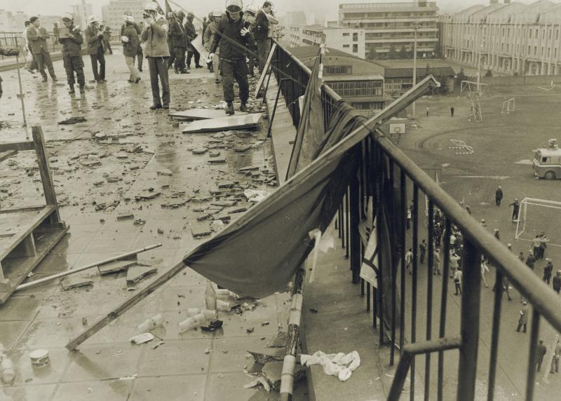 写真・図版 : 1969年10月21日、都立青山高校の屋上にかかげられていた旗が機動隊員によって倒された