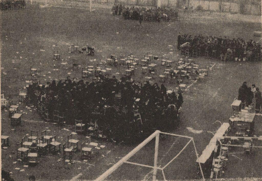 写真・図版 : 都立井草高校のバリケード封鎖当日に開かれた生徒集会=1969年12月9日、学校新聞から(筆者提供)