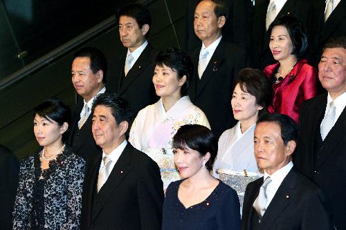 女性閣僚に囲まれ、記念撮影に収まる安倍晋三首相(前列左から2人目)=3日午後7時52分、首相官邸