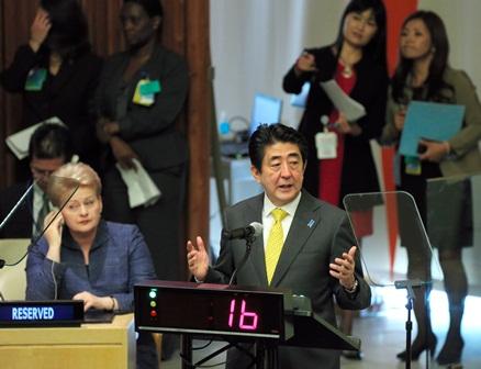 写真・図版 :  国連気候サミットで演説する安倍晋三首相=23日、米国・ニューヨーク、越田省吾撮影