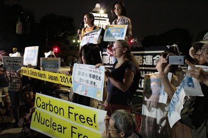 写真・図版 : 日本でのデモ行進で、参加者は「原発も温暖化もない未来」を訴えた=19日、東京、FoE Japan提供