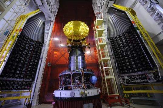 写真・図版 : インドのMars Orbiter Mission(MOM)の探査機本体(真ん中)と、打ち上げに使ったPSLV・ロケットの最上段ケース(両脇)。MOMのヒンズー語の俗称はMangalyaan(マンガルヤーン)で、火星飛行船を意味する。インド宇宙研究機関(ISRO)のAnil Bhardwaj(アニール・バドワジ)博士提供。
