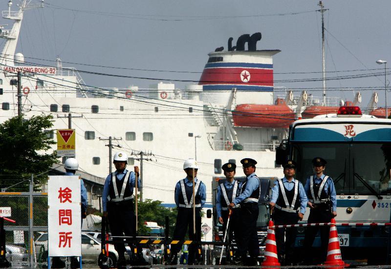 新潟西港に着岸した万景峰号=2005年6月