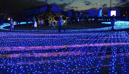 写真・図版 : 青色LED電球を30万個使ったイルミネーション。冬の街を華やかに彩った=青森県十和田市